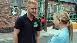 izzy-watches-gary-and-sarah-from-across-the-street-coronation-street-friday-9-september-2016