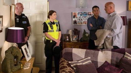 phelan-leaves-with-weatherfield-police-coronation-street-16-september-2016